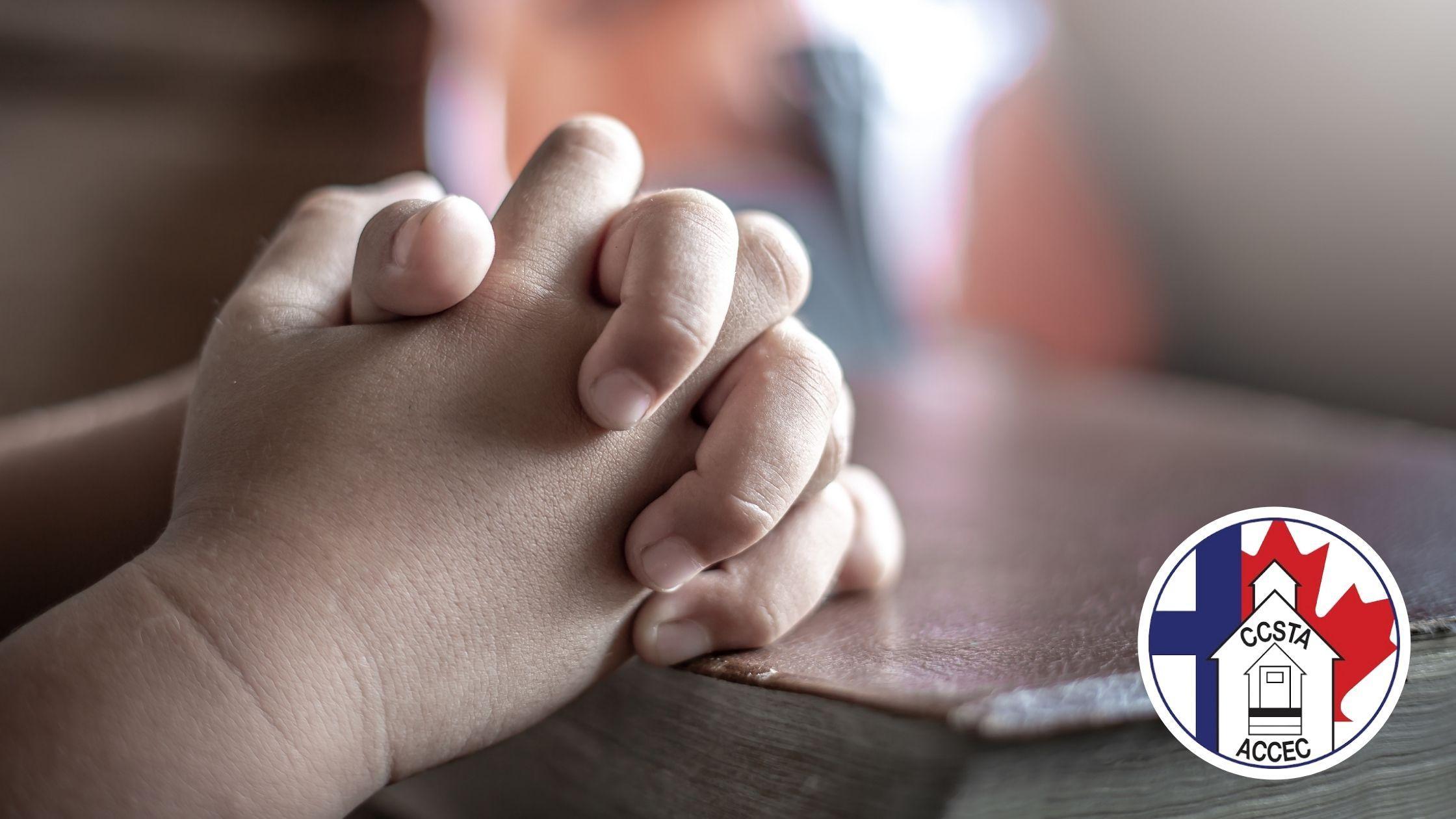 les mains de l'enfant priant